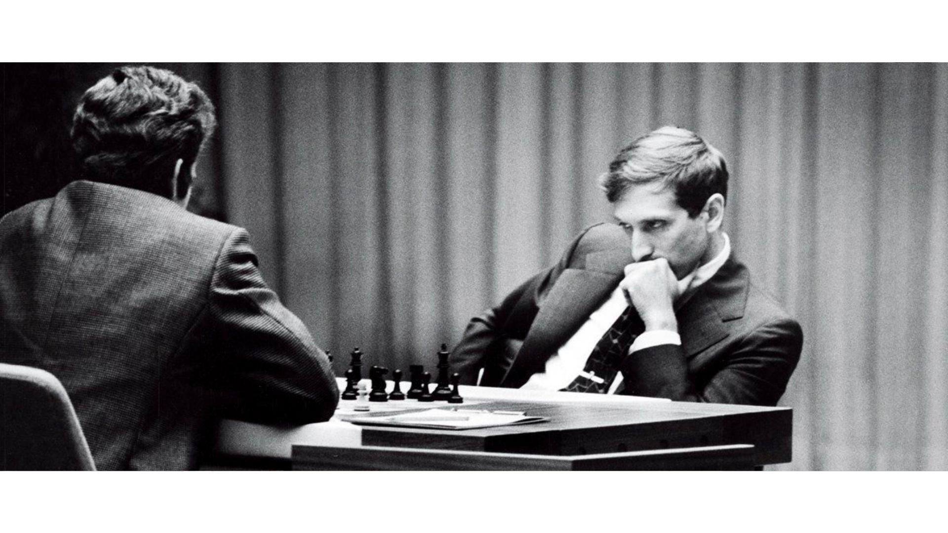 Bobby Fischer satranç oynarken çekilmiş bir görseli.