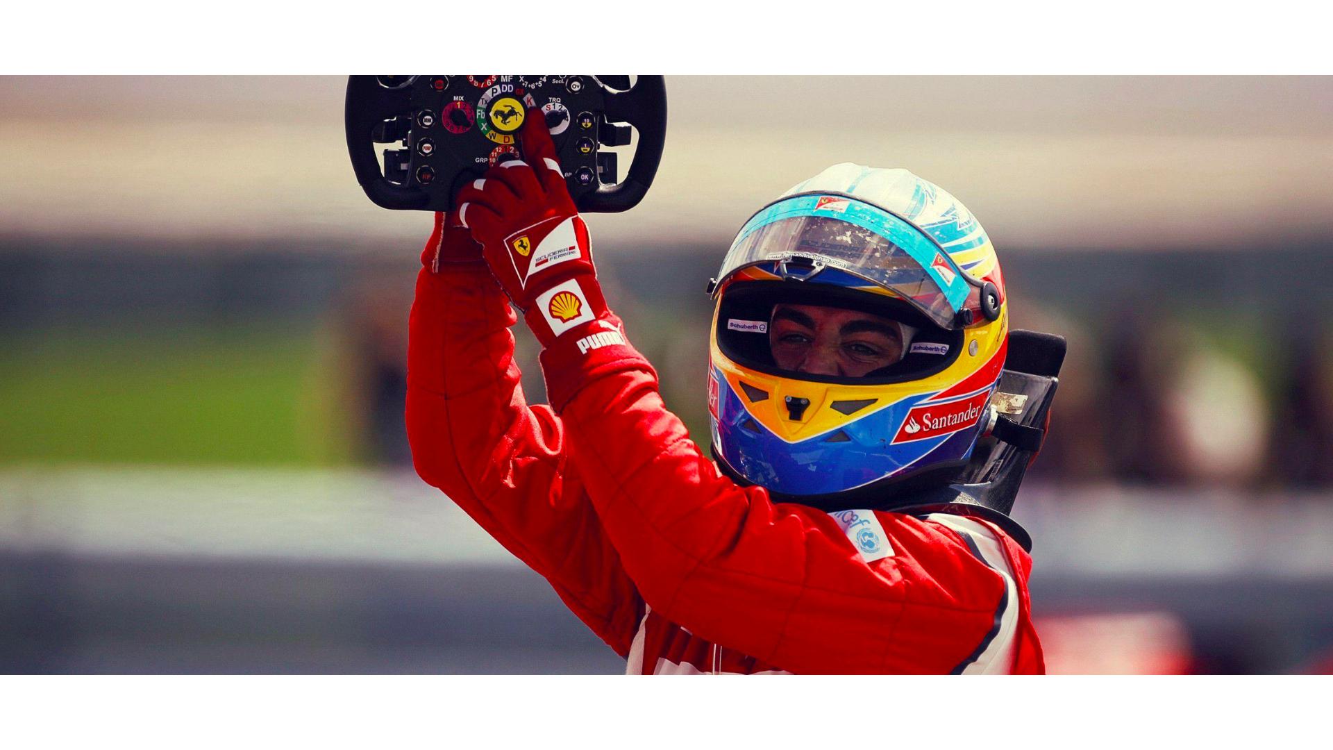 Fernando Alonso elinde direksiyon ile çekilmiş görseli.