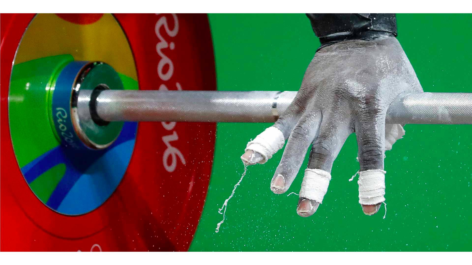 Halter barını tutan bir sporcunun görseli.