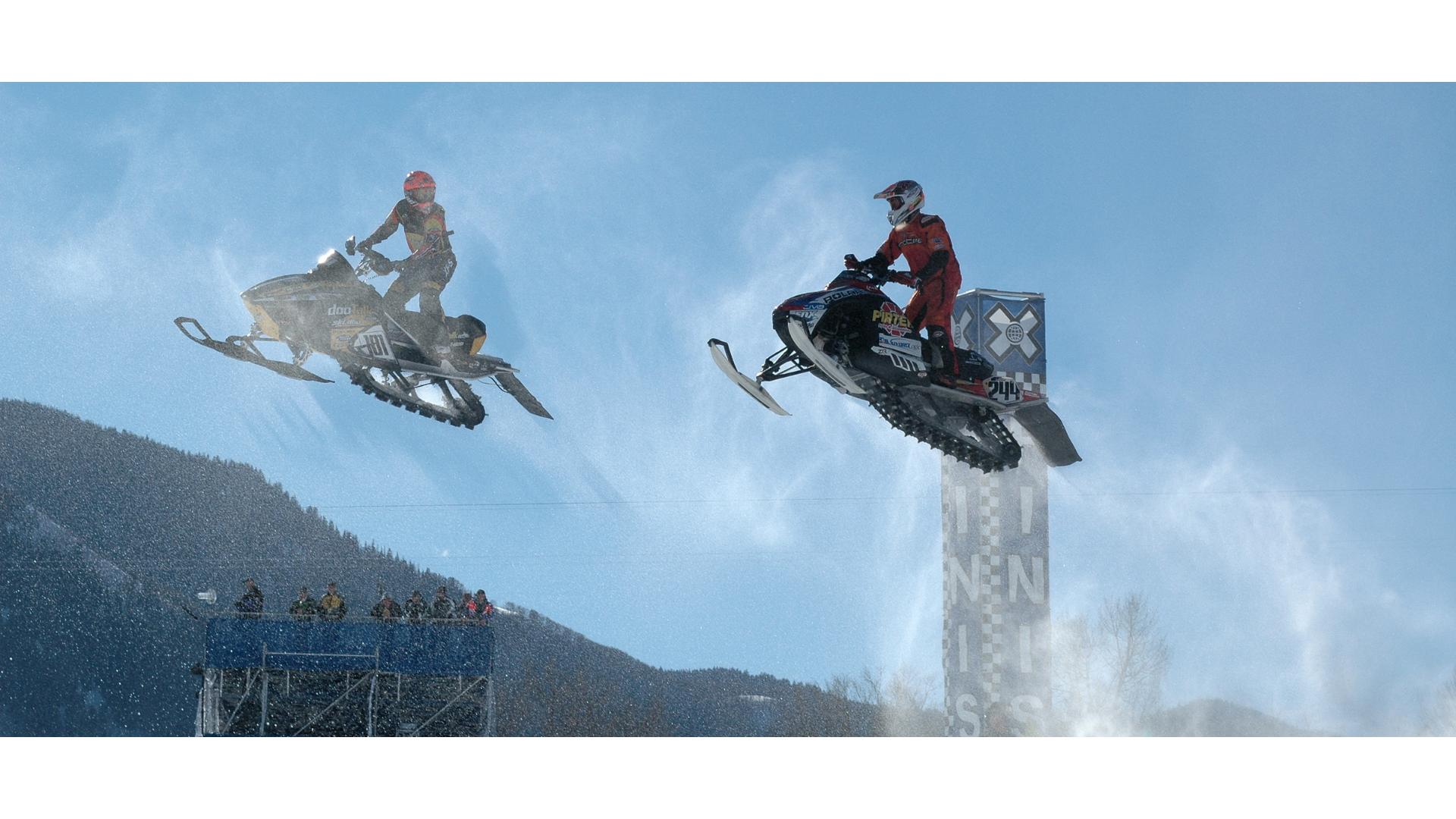 karda motor yarışı yapan iki sporcunun görseli.