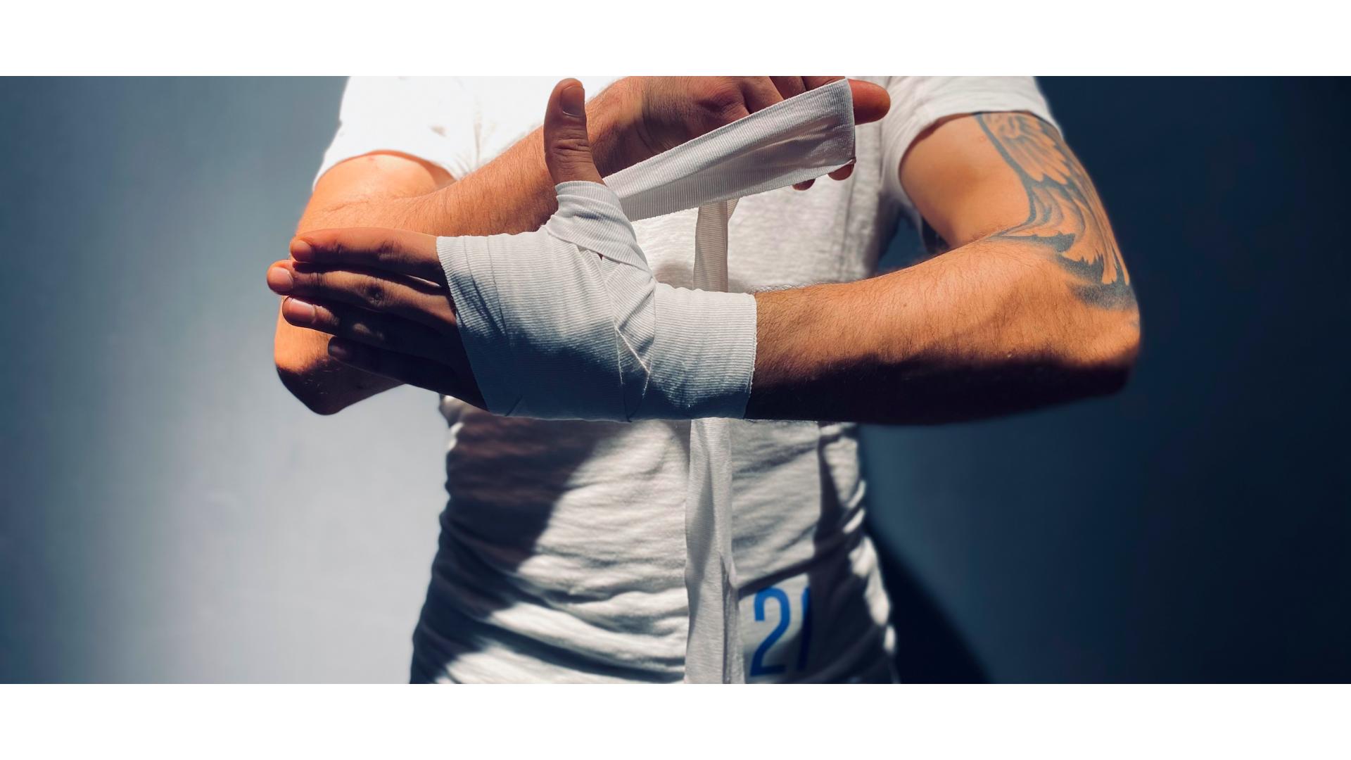 Parmak arası bandaj sarma işlem yapan birinin görseli.