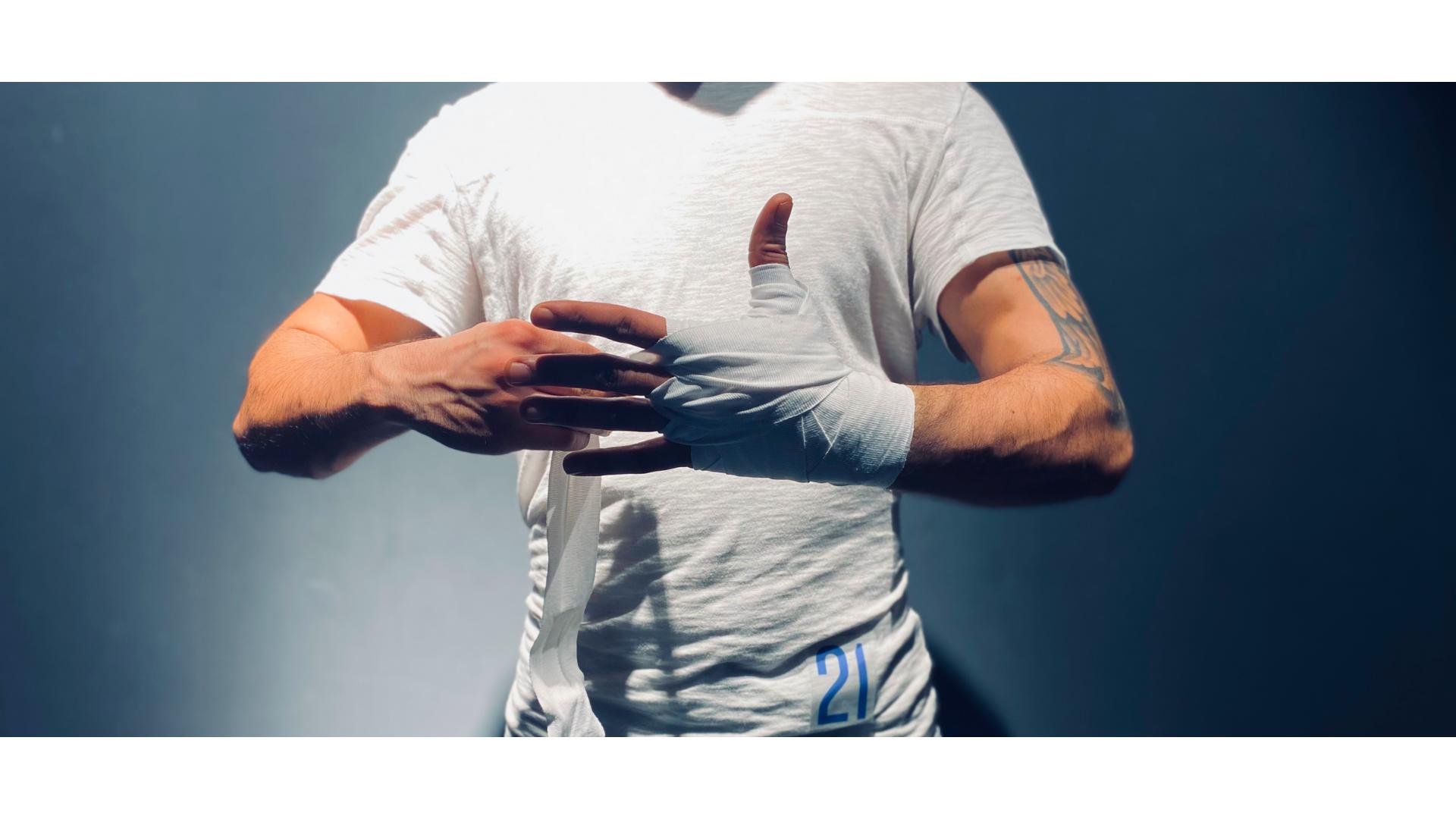 Beyaz bandaj saran bir adamın görseli.