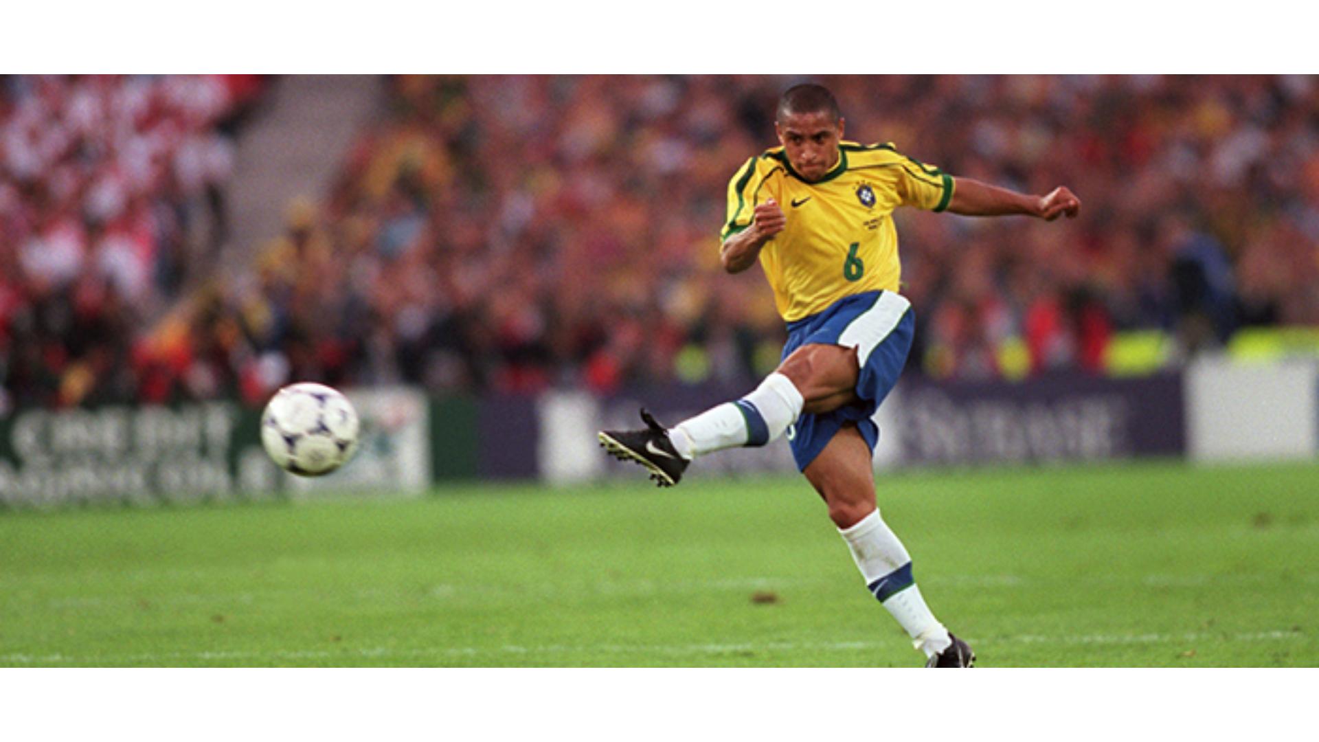 Roberto Carlos'un Frikik Golü öncesinde çektiği şuta ait bir görsel.