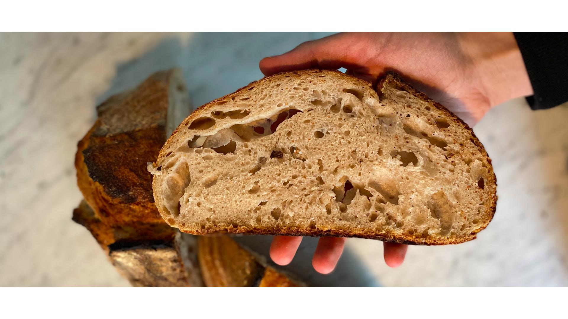 Doğru ekmek için kullanılmış yuvarlak ekmek görseli.