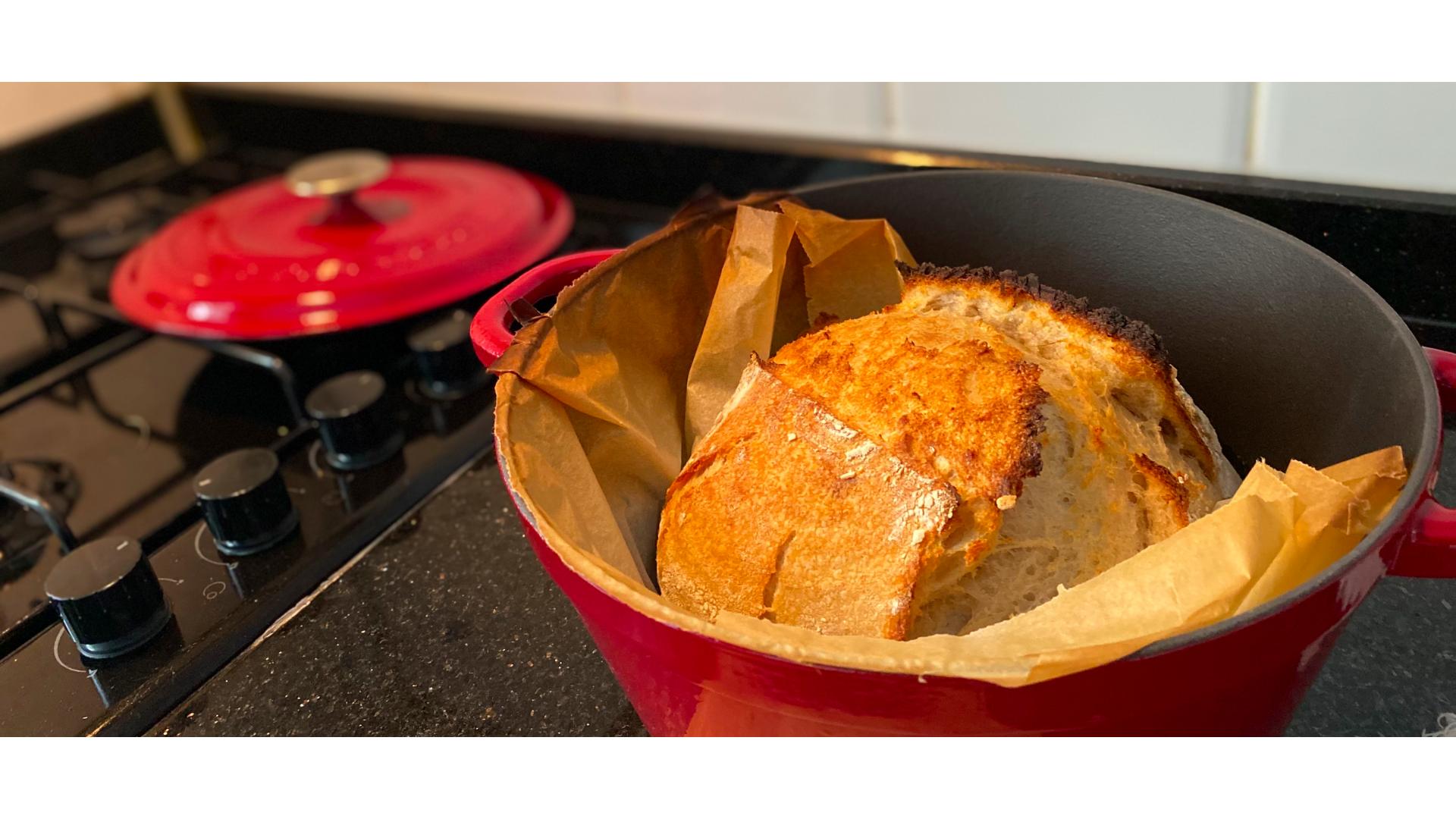 demir döküm tava, ekşi maya ile yapılmış bir ekmek görseli.