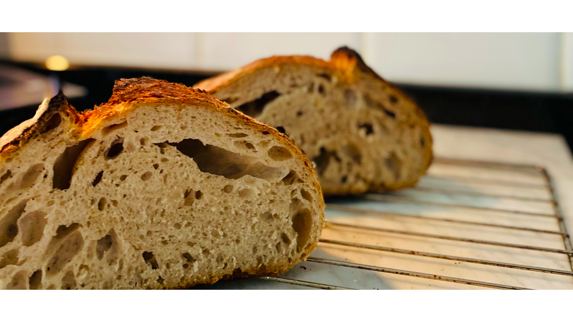 Dilim dilim kesilmiş ekmek görseli.