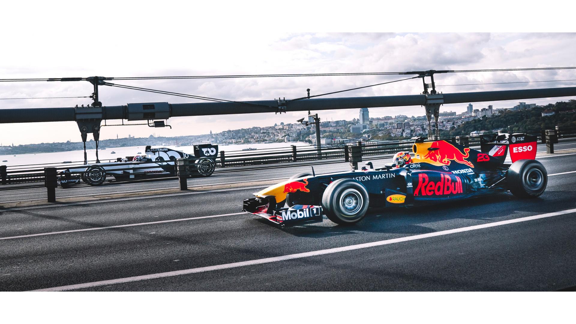 istanbul çekilen formula 1 arabalarına ait bir görsel.