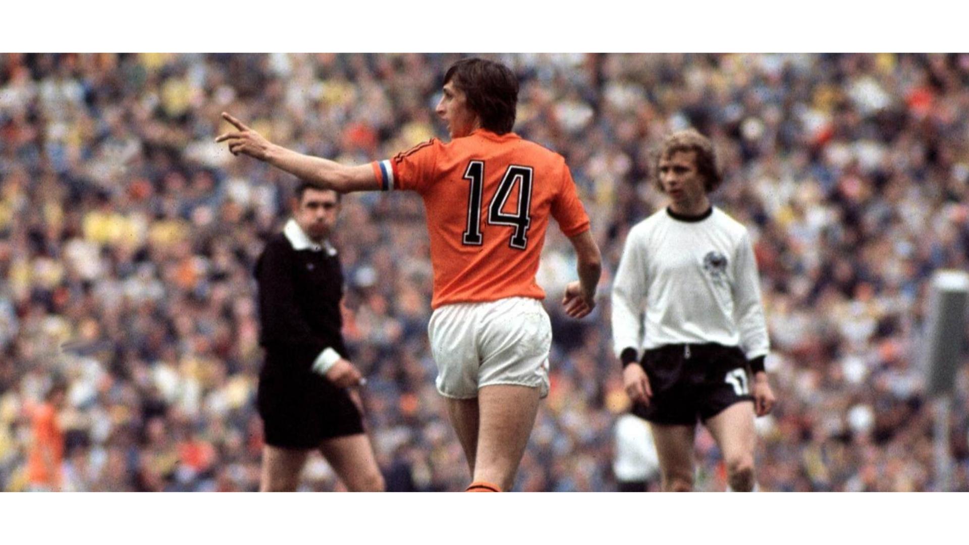 johan cruyff hollanda takımıyla yaptığı maçtaki bir görseli.