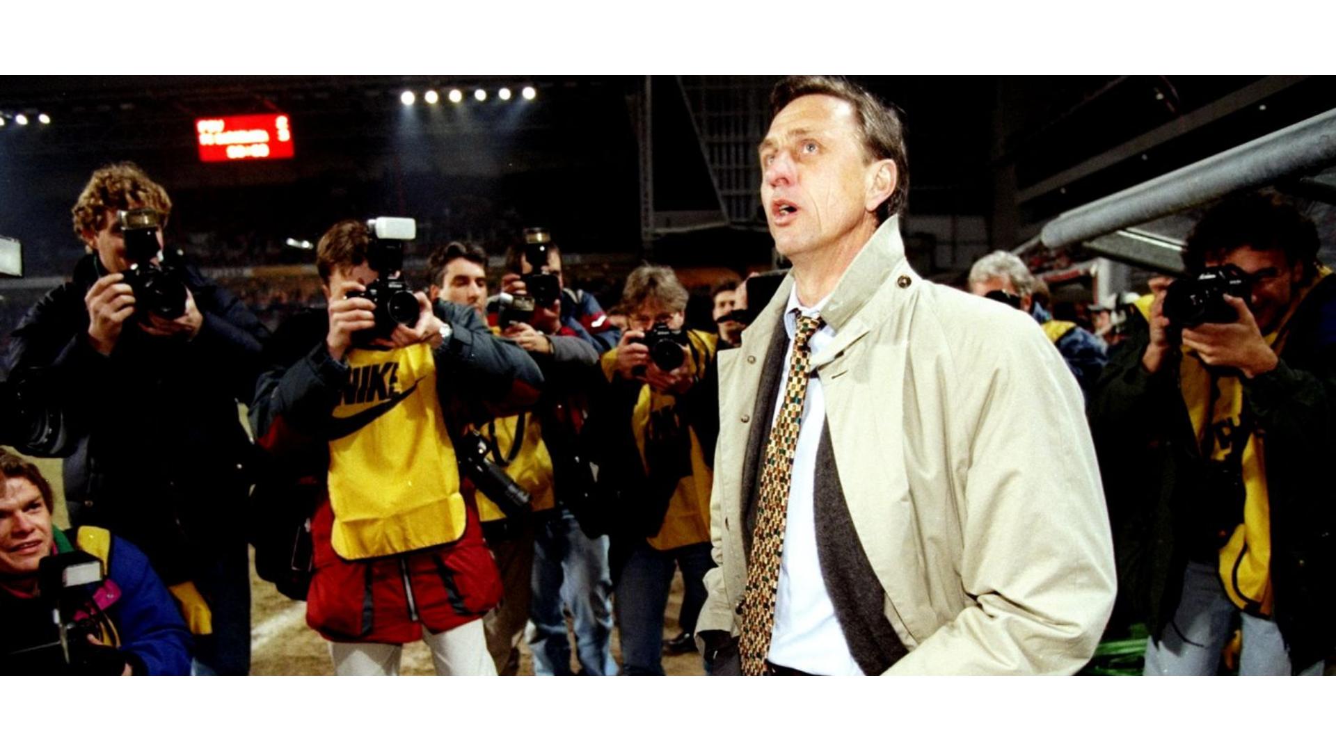 johan cruyff teknik direktörlük yaparken çekildiği görseli.